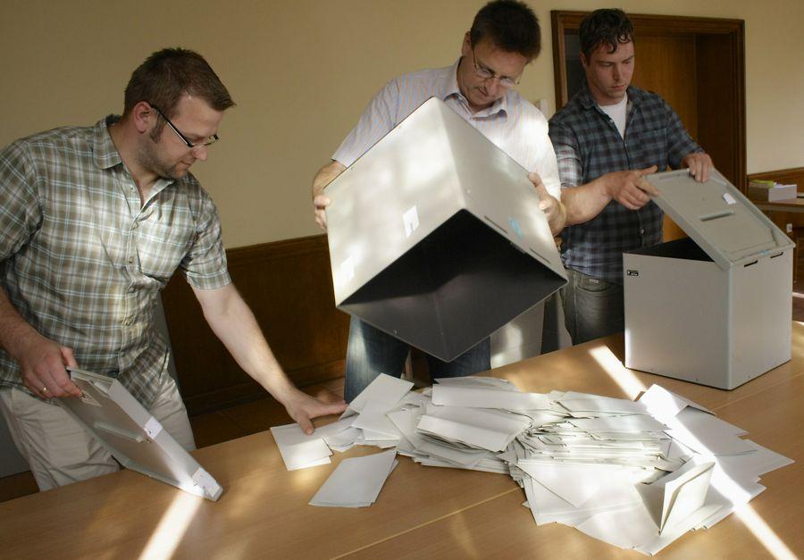Wenige Minuten nach 18 Uhr beginnen die Wahlhelfer im Wahllokal II im Rathaus mit dem Auszählen der Stimmzettel zur Wahl des Europaparlaments. (Foto: Jörg Levermann)