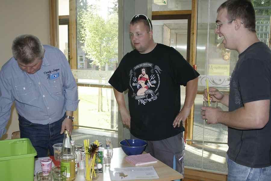 Kandidat Martin Kalkoff (Linke) mixt einen Cocktail für die beiden einzigen Jungwähler, die in die Villa Mosaik kamen. (Foto: Jörg Levermann)