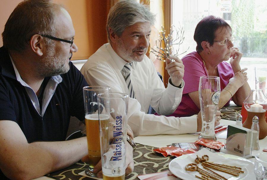 Innenminister Holzschuher sprach am Montag mit Bürgern in Eichwalde über die Sicherheit im Land. (Foto: Jörg Levermann)