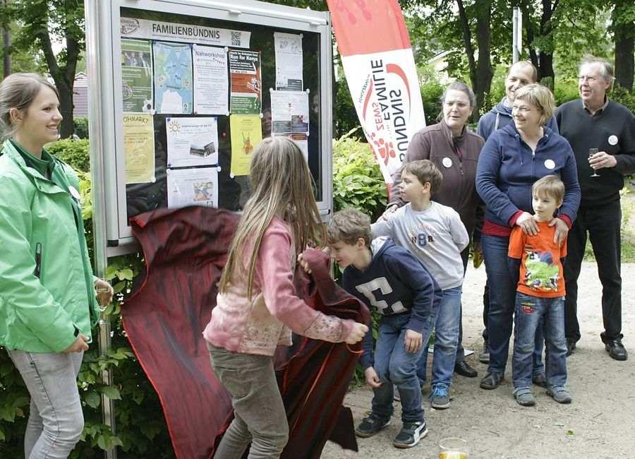 Eine neue Schautafel informiert nun auch am Spielplatz auf dem Händelplatz über Angebote für Familien mit Kindern. (Foto: Jörg Levermann)