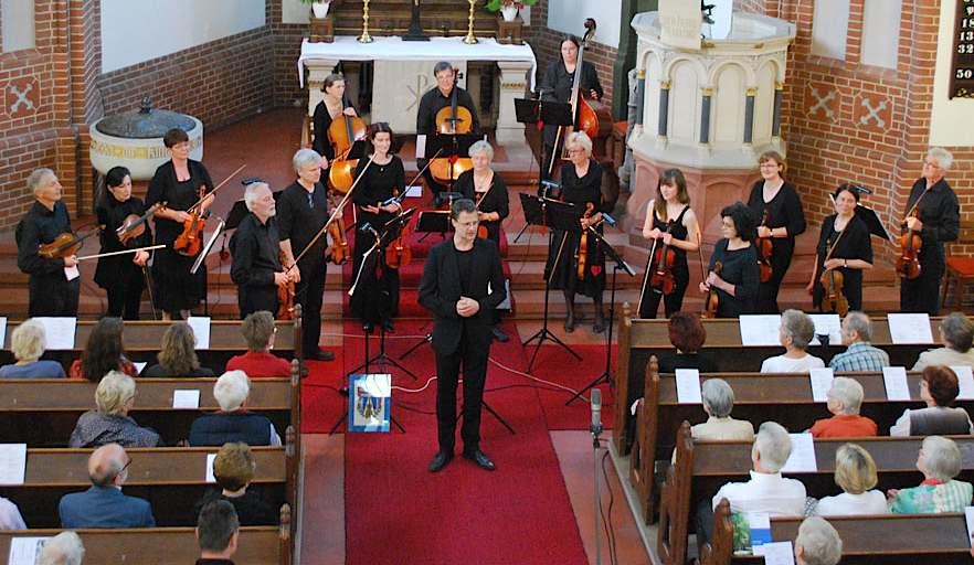 Das Schmöckwitzer Kammerorchester spielte in der evangelischen Kirche Stücke von Brahms, Grieg, Prokofjew, Bernstein und Kreisler. (Foto: Burkhard Fritz)