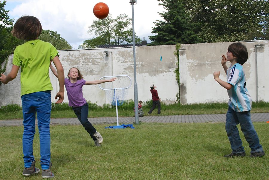 Kinder nahmen bei der Eröffnung vor einem Jahr begeistert die Wiese hinter dem Club Eichwalde in Besitz. (Foto: Jörg Levermann)