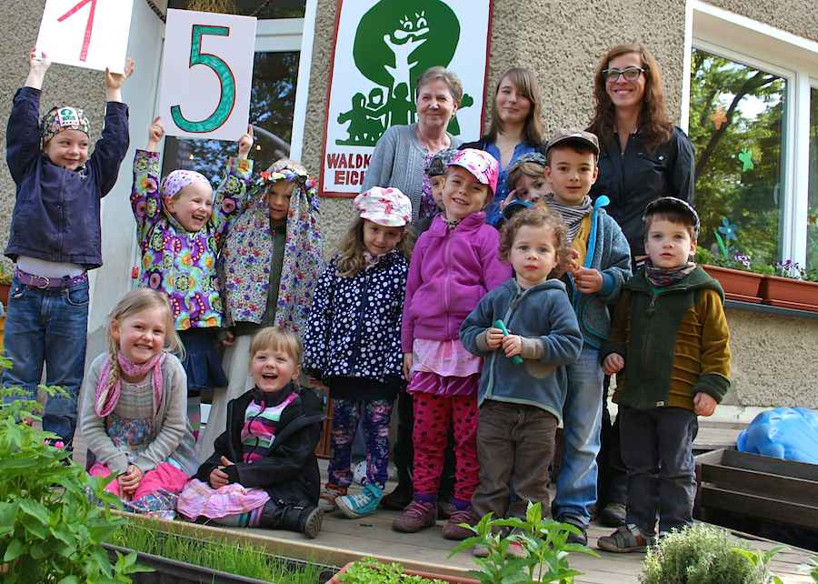 Die Kinder und Betreuerinnen des Waldkindergartens Eichwalde freuen sich auf die Feier zum runden Geburtstag der Einrichtung und den Tag der offenen Tür am 17. Mai 2014. (Foto: Waldkindergarten)