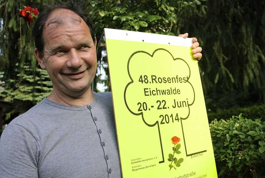 Der Vorsitzende des Heimatvereins, Jörg Jenoch, hier mit dem Plakat des Rosenfestes 2014, stellte am Dienstag das Programm des Eichwalder Volksfestes vor. (Foto: Jörg Levermann)