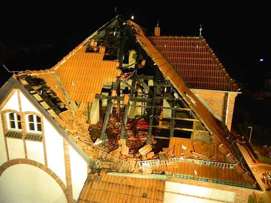 Verwüsteter Dachstuhl in eines Mehrfamilienhauses in der Schwarzkopffsiedlung. (Foto: Freiwillige Feuerwehr Wildau)