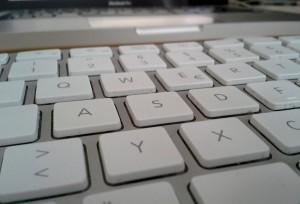 Computer und Tastatur sind das wichtigste Schreibwerkzeug in der Redaktion der Eichwalder Nachrichten (Foto: Jörg Levermann)