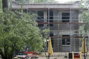 Auch der Erweiterungsbau der KiTa Haus der Kleinen Strolche, der derzeit errichtet wird, erhält keinen Aufzug und ist nur im Erdgeschoss barrierefrei. (Foto: Jörg Levermann)