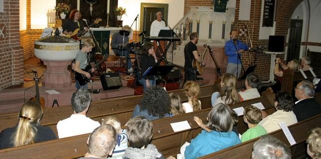 Fritz und Freunde, brachten auch in Eichwalde Songs der Beatles in die Kirche. (Foto: Jörg Levermann)