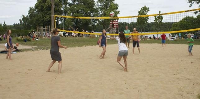 Neben Spielgeräten für die Jüngsten, Bänken, Ruheliegen hat auch das Beach-Volleyballfeld, an der Badewiese in Eichwalde dazu beigetragen, dass dieser Ort immer attraktiver wurde für Menschen, die Erholung in freier Natur suchen. (Foto: Jörg Levermann)