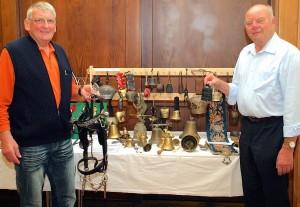 Manfred Hentrich und Dieter Stechert präsentieren ihre Glockensammlung. (Foto: Christian Dederke)