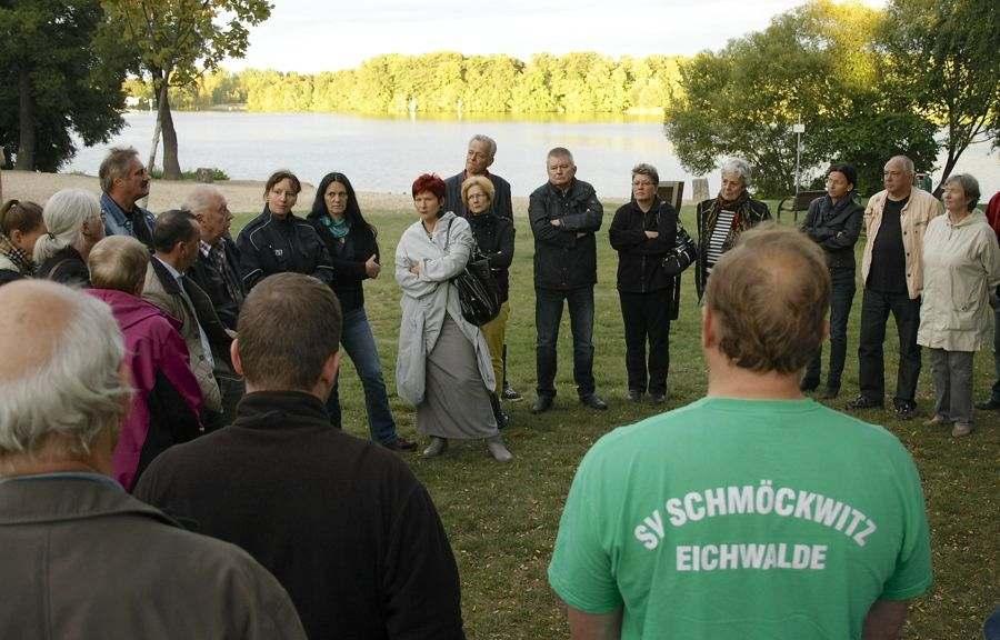 Vor idyllischer Naturkulisse diskutierten Lokalpolitiker, Anwohner, Vertreter von Vereinen und Initiativen über nächtliche Ruhestörung an der Badewiese. (Foto: Jörg Levermann)