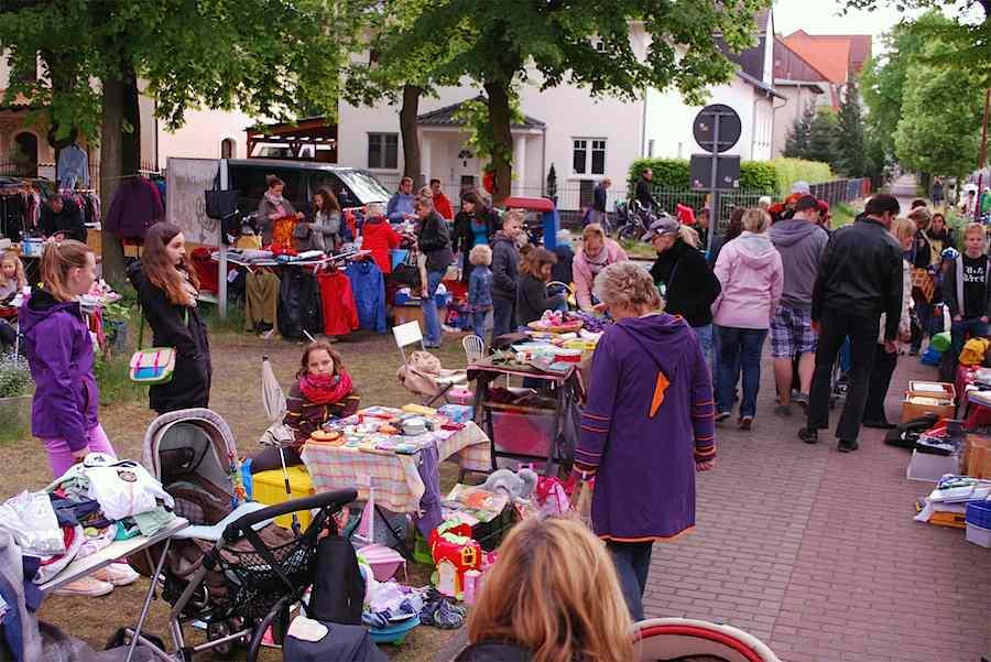 Der Trödelmarkt rund um die evangelische Kirche ist inzwischen Tradition. (Foto: Burkhard Fritz)