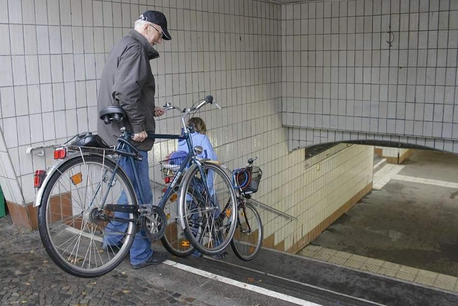 Sportliche Radfahrer haben am S-Bahnhof vergleichsweise geringe Probleme, zum Bahnsteig zu kommen, auch wenn es ein wenig mühsam ist, den Drahtesel die Treppen herunter und wieder hoch zu tragen. Ganz andere Herausforderungen lauern am S-Bahnhof in Eichwalde Rollstuhlfahrern, älteren Menschen mit Gehhilfen und Eltern, die ihre Sprösslinge im Kinderwagen transportieren müssen. (Foto: Jörg Levermann)