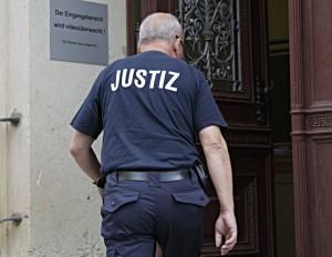 Ein Justizangestellter betritt das Landgericht Cottbus. An der dritten Strafkammer des Gerichts war ein umfangreiches Verfahren zur Beweisaufnahme notwendig, da der Angeklagte zu den Vorwürfen schwieg. (Archiv-Foto: Jörg Levermann)