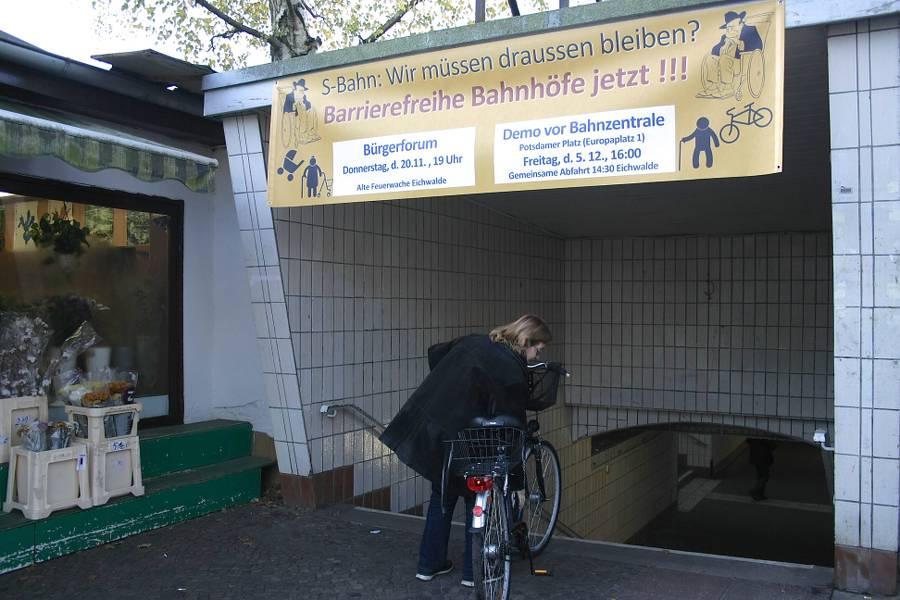Nicht nur für Leute, die mit dem Fahrrad unterwegs sind, stellt der Zugang zum S-Bahnhof ein echtes Hindernis dar. Aktivisten des Bündnisses aus Politik und Bürgerschaft haben ein Transparent zum Aufruf zur Demonstration an den Zugang zum Bahnsteig gehängt. (Foto: Jörg Levermann)