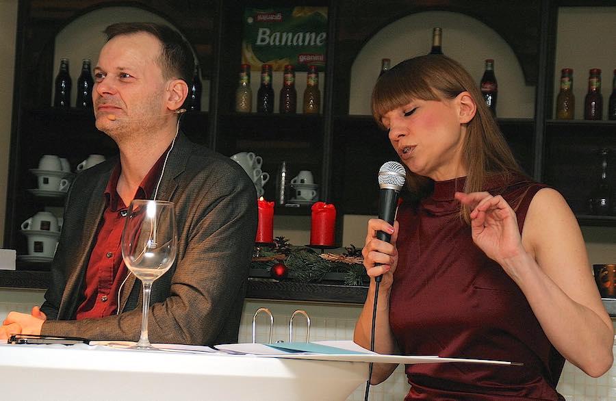 """Der Auftritt des Vorleseduos von """"Boudoirfunk"""" kam nicht bei allen im Publikum gut an. (Foto: Christian Dederke)"""