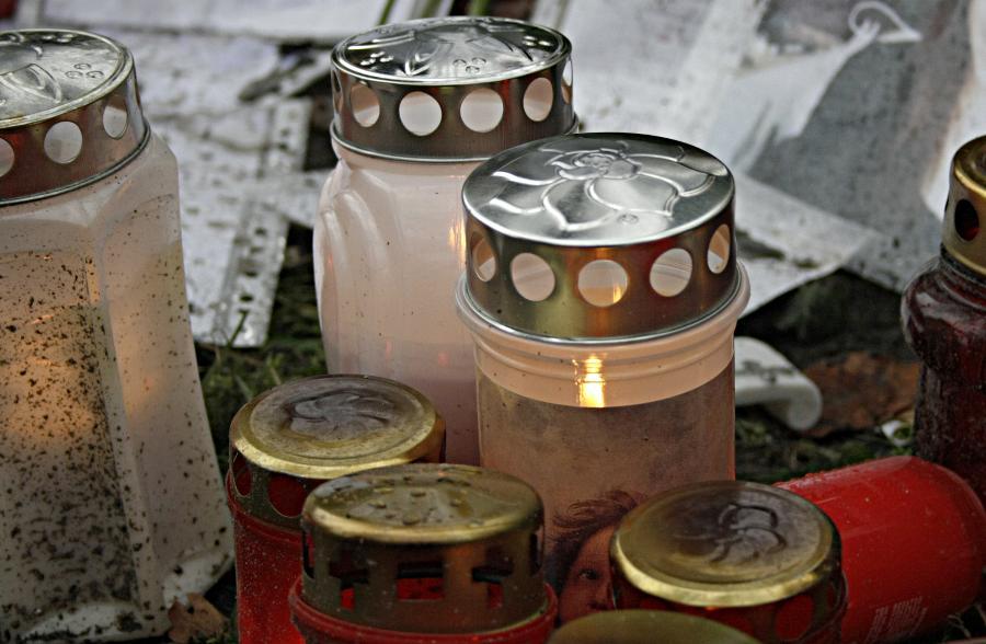 Betroffenheit und Trauer sind noch immer groß in Eichwalde. Bereits am Tag nach dem Verbrechen am 18. November 2013 zündeten viele Menschen Kerzen in unmittelbarer Nähe des Tatorts Kerzen an. (Foto: Jörg Levermann)