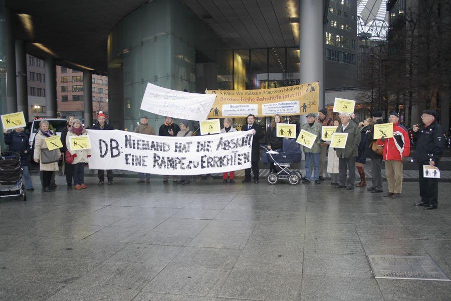 Rund 40 Einwohner aus Eichwalde und Nachbargemeinden demonstrierten am Freitag vor der Zentrale der Deutschen Bahn AG am Potsdamer Platz. (Foto: Jörg Levermann)