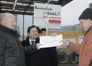 Alf Hamann (rechts) und Stellvertretender Bürgermeister Michael Launicke übergaben Bahnhofschef Friedemann Kessler eine Unterschriftenliste. (Foto: Jörg Levermann)