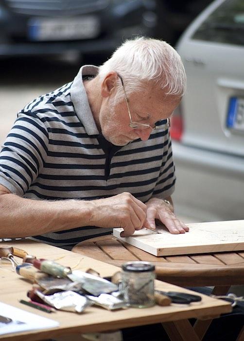 Udo Würtenberger bei der Arbeit an einem Holzschnitt. (Foto: Anette Wörner)