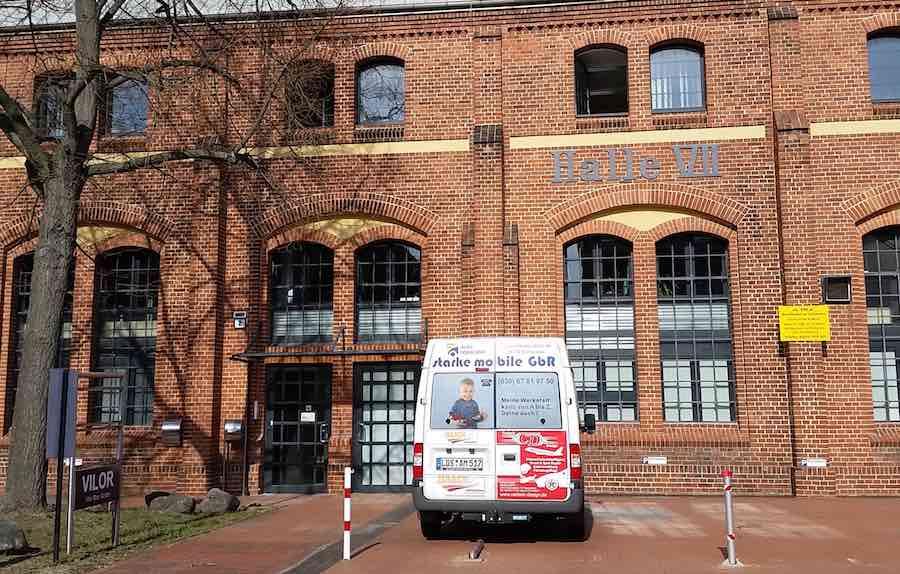 Neues Domizil: Die mobile Jugendarbeit ZEWS des KJV e.V. zeigt beim Tag der offenen Tür in der Halle 7, an welchen Projekten gearbeitet wird. (Foto: Frank Vulpius)