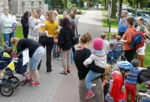 """""""Faire Bezahlung für gute Arbeit"""" hatte eine Mutter auf einem kleinen Plakat notiert und an einem Kinderwagen ihrer Tochter gehängt. (Foto: Jörg Levermann)"""
