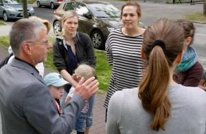 Bürgermeister Bernd Speer diskutiert mit Müttern über die Betreuung ihrer Kinder und fragen nach einer Notbetreuung. (Foto: Jörg Levermann)