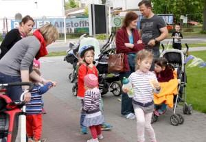 Noch immer überwiegt in Familien die klassische Rollenteilung. Lediglich ein Vater in Elternzeit, war mit seinen beiden Kindern zur Kundgebung vor dem Rathaus gekommen. (Foto: Jörg Levermann)