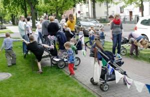 Den Kindern schien es ganz gelegen zu kommen, den Tag mit ihren Müttern zu verbringen und sie zur Kundgebung vor dem Rathaus zu begleiten. (Foto: Jörg Levermann)