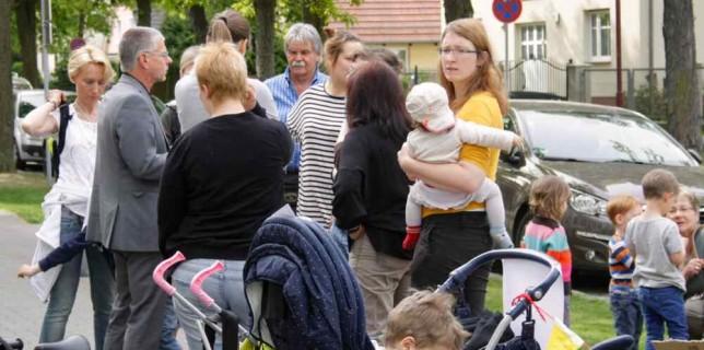 Bernd Speer, Bürgermeister von Eichwalde, nahm sich Zeit für die Sorgen der demonstrierenden Elternschaft. (Foto: Jörg Levermann)