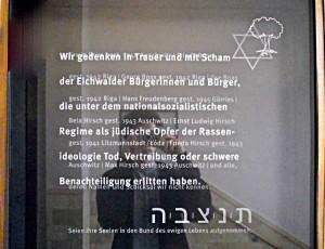 Die Gedenktafel im Rathaus erinnert an jüdische Menschen die aus Eichwalde während der Nazi-Diktatur in verschiedene Konzentrationslager deportiert wurden. (Foto: Hans Wegener)