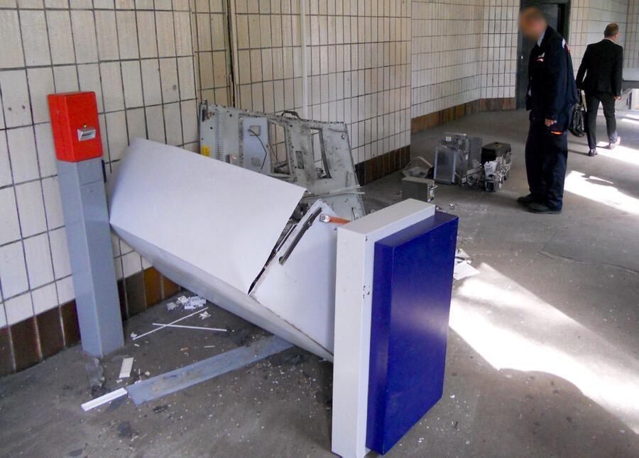 Unbekannte sprengten gestern den noch verbliebenen Fahrscheinautomat am S-Bahnhof Eichwalde (Foto: Jörg Levermann)