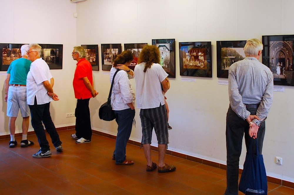 Nach Einschätzung der Veranstalter war der Publikumserfolg der mit historischen Fotos über Menschen in Eichwalde beim Rosenfest überaus erfolgreich – ein guter Grund die Bilderschau zu verlängern. (Foto: Burkhard Fritz)