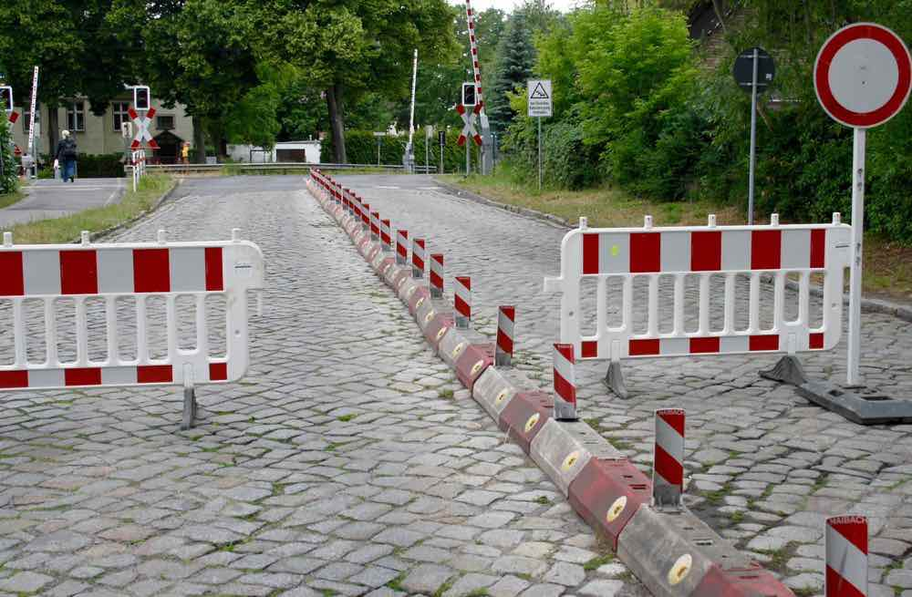 Kein Durchkommen an der Friedenstraße. Aufgrund von Gleisbauarbeiten ist der Bahnübergang an der Friedenstraße heute bis 13 Uhr gesperrt. (Foto: Jörg Levermann)