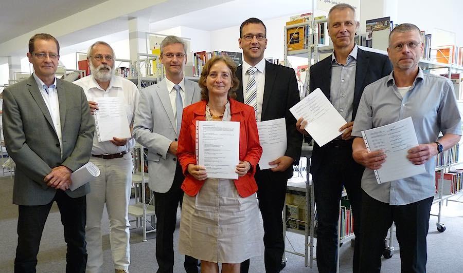Nach der Vertragsunterzeichnung (v.l.n.r.): Dr. Uwe Malich, Thomas Worms, Jörn Perlick, Sabine Weller, Carsten Saß, Markus Mücke, Bernd Speer. (Foto: LDS)