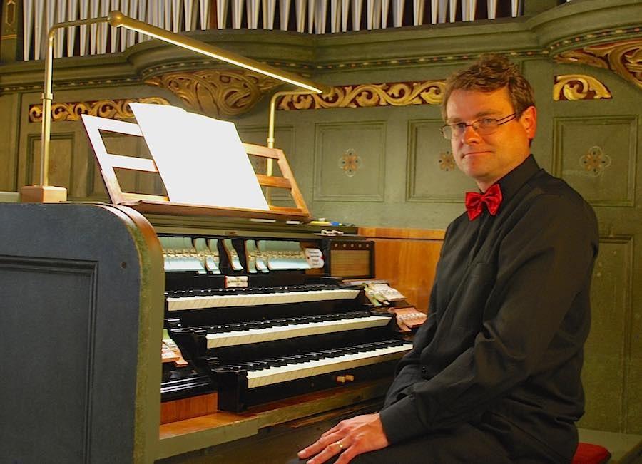 Pavel Ä�erný an der Parabrahm-Orgel in Eichwalde (Foto: Burkhard Fritz)