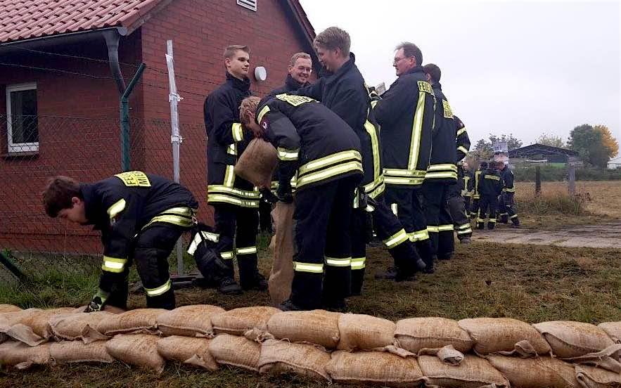 Hand in Hand: Miersdorfer und Eichwalder Feuerwehrkameraden schichten eine Deicherhöhung aus Sandsäcken. (Foto: Freiwillige Feuerwehr Eichwalde, Stefan Olesch)