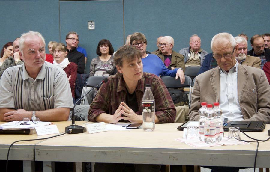 Vertreter politischer Parteien und Wählergruppierungen sowie Sprecherinnen von Kita, Hort, Grundschule diskutierten am Runden Tisch über die Unterbringungsmöglichkeiten für Flüchtlinge und Asylbewerber in Schulzendorf. (Foto: Jörg Levermann)