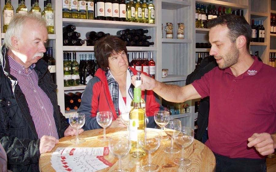 Bei der Eröffnung des neuen Wein- und Feinkostgeschäftes bot der neue Vorstandsvorsitzende des Eichwalder Gewerbeverbandes Harald Gebauer (links) den Betreibern des Ladens seine Unterstützung an. (Foto: Jörg Levermann)