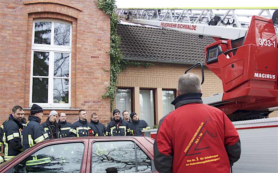 Zehn Feuerwehrkameraden übten am DESY in Zeuthen, wie die Drehleiter auch unter schwierigen Einsatzbedingungen durch beengte Straßenverhältnisse und parkende Fahrzeuge eingesetzt werden kann. (Foto: Freiwillige Feuerwehr Eichwalde, Jörg Levermann)