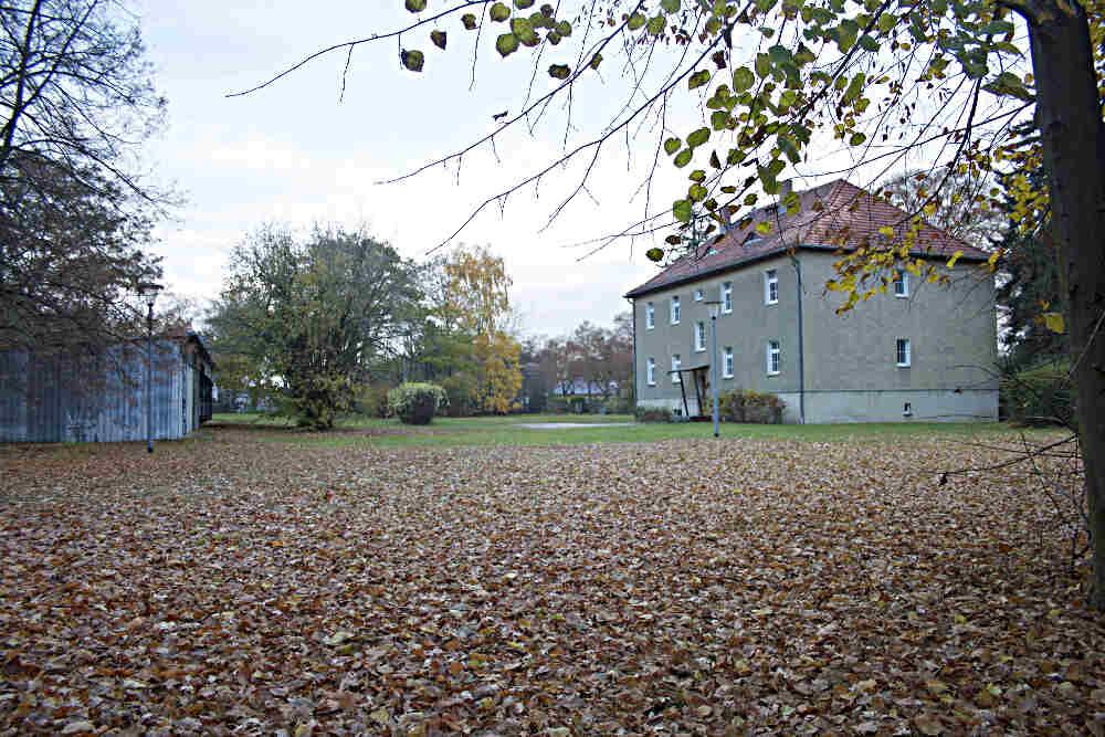 Rund 3.000 Quadratmeter groß ist das Gelände des alten Rathauses an der Otto-Krienstraße 29 in Schulzendorf. Der Landkreis Dahme-Spreewald möchte hier in einer Gemeinschaftsunterkunft 80 bis 120 Asylbewerber und Flüchtlinge unterbringen. (Foto: Jörg Levermann)