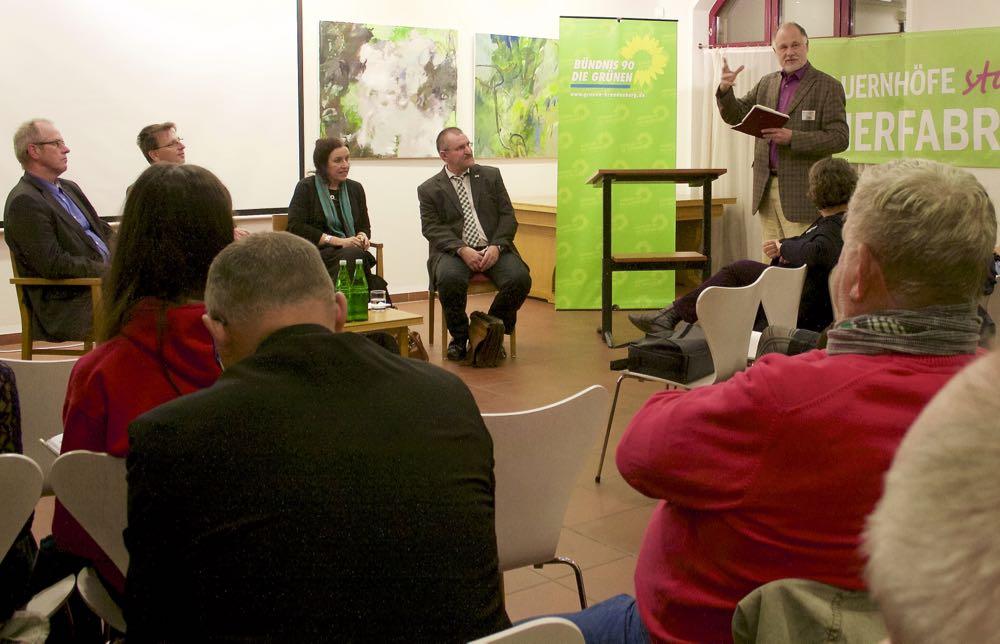 Am 11. November 2015 diskutierten Agrarexperten über Massentierhaltung und über das aktuelle Volksbegehren dagegen. Andreas Oppermann vom RBB-Studio Frankfurt an der Oder moderierte die Veranstaltung von B90/Grüne.