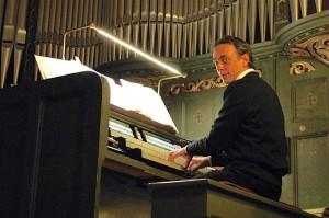 Seit 13. Jahren gibt Peter Aumeier die beliebten weihnachtlichen Orgelkonzerte an der Parabrahm-Orgel. Auch diesmal wird es sicher voll werden in der evangelischen Kirche am Händelplatz. (Foto: Burkhard Fritz)