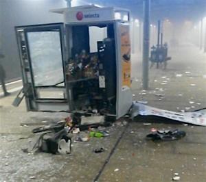 Einen weitaus größeren Schaden richteten der oder die Täter am Getränke-Automaten an. (Foto: Max Fioravanti)