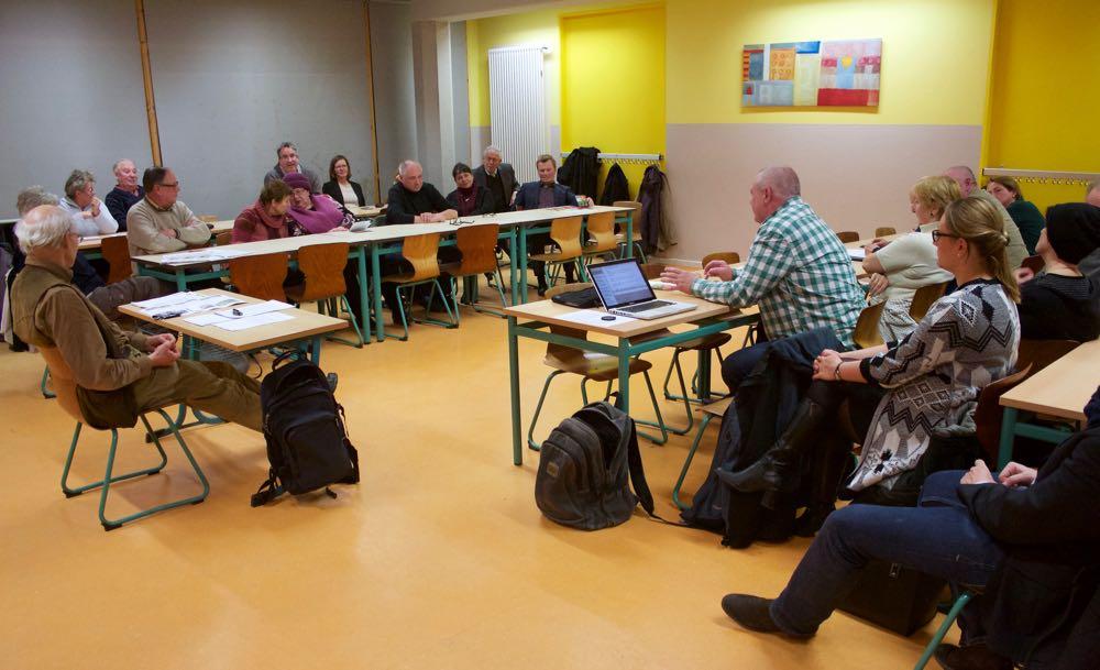 Rund 30 Bürgerinnen und Bürger diskutierten in der Villa Mosaik über die geplante Bebauung an der Badewiese. (Foto: Jörg Levermann)