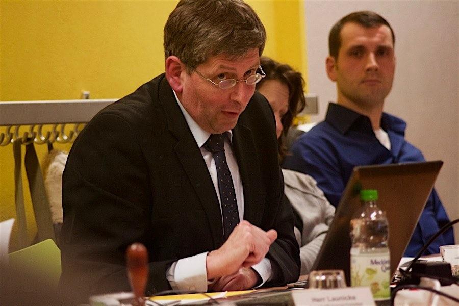 Wirtschaftsprüfer Hartmut Pfleiderer präsentierte seine Analysen zum Haushalt 2016 und für die Jahre bis 2019. (Foto: Jörg Levermann)