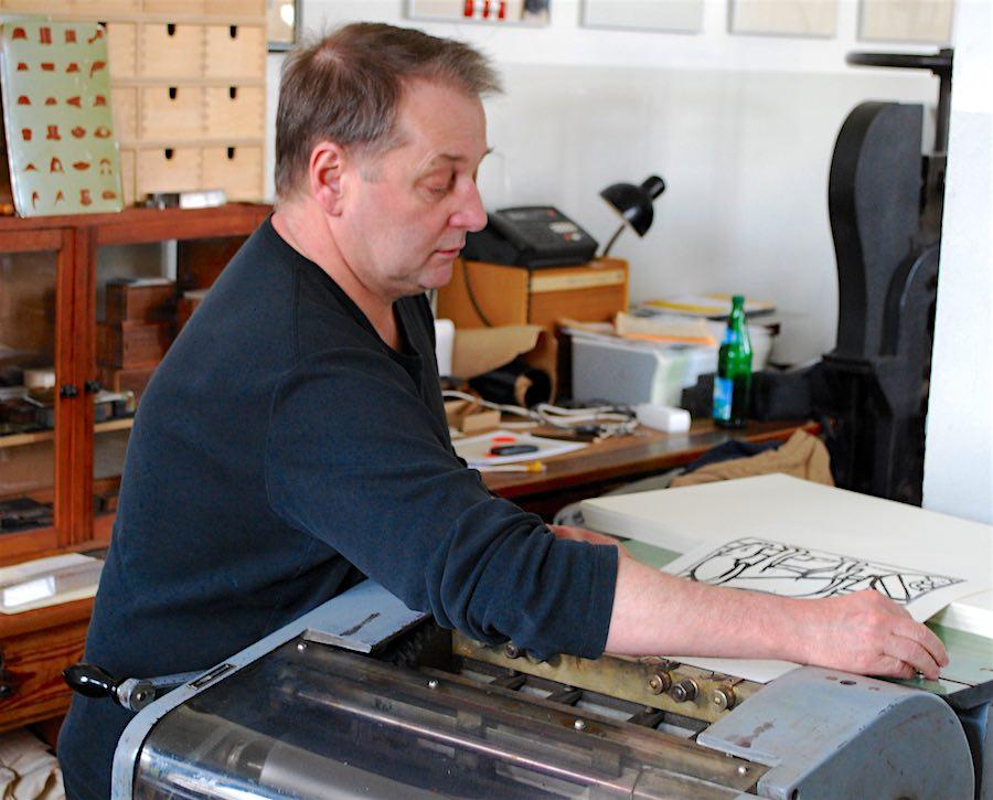 Hilmar Koch beherrscht noch den Umgang mit alten Druckmaschinen und Bleisatz. (Foto: Burkhard Fritz)