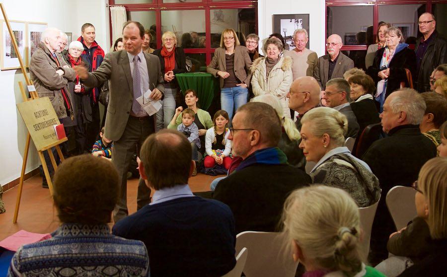 """Bereits bei der Eröffnung der Ausstellung """"Grenzgänge"""" war das Interesse überaus groß. (Foto: Jörg Levermann)"""