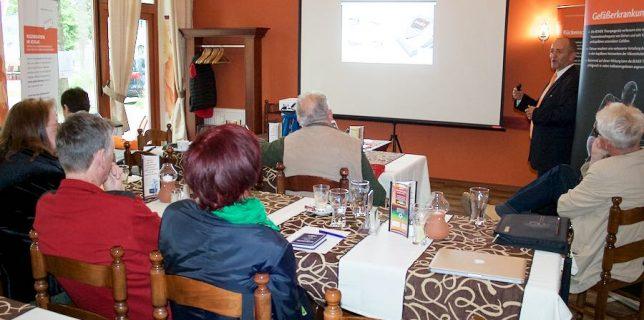 Vor ausgewähltem Publikum erklärte Fachreferent Klafft, wie die Gesundheit mit der physikalischen Gefäßtherapie BEMER erhalten werden kann. (Foto: Jörg Levermann)