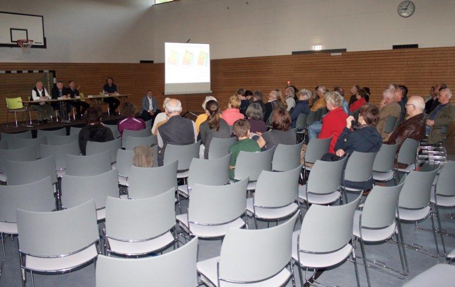 Nur wenige Interessierte kamen Anfang Mai in die Radelandhalle, um mit der lokalen Politik, Stadtplaner und Schallschutzgutachter über eine mögliche Bebauung an der Badewiese und dem angrenzenden Grundstück zu diskutieren. (Foto: Jörg Levermann)
